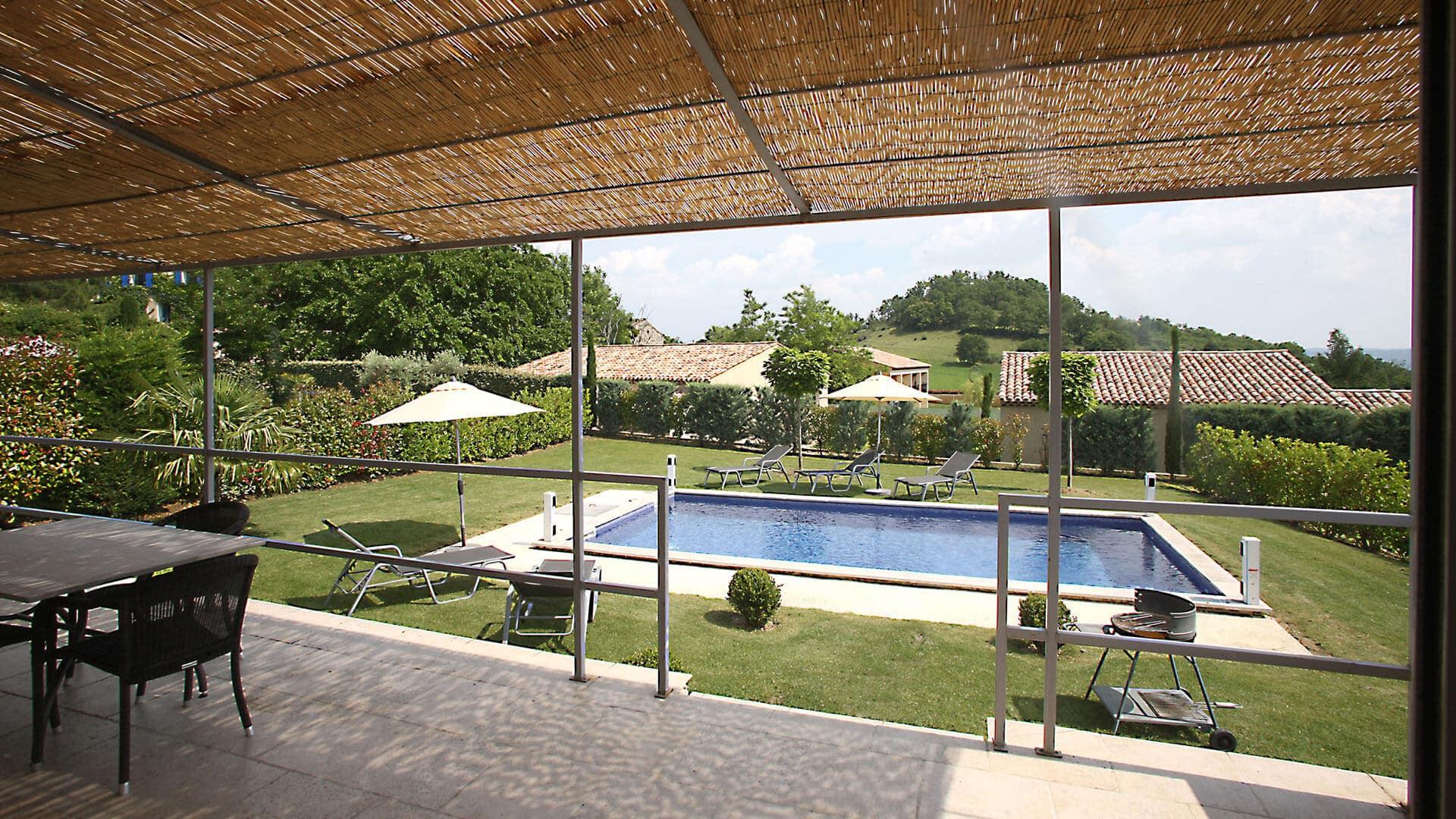 Villa blanche location villa avec piscine provence for Location villa salon de provence
