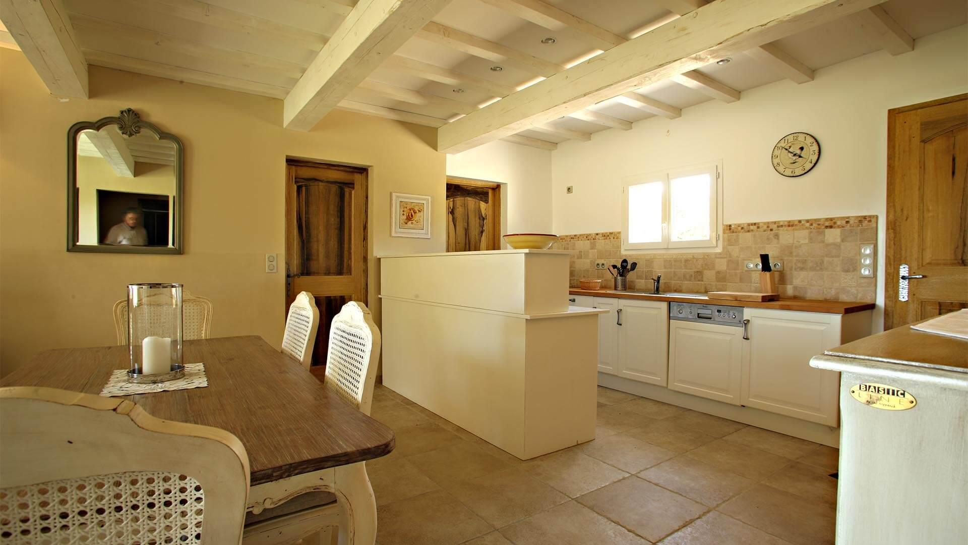 Location vacances 04 | Villa le mûrier blanc | Salle à manger et cuisine équipée
