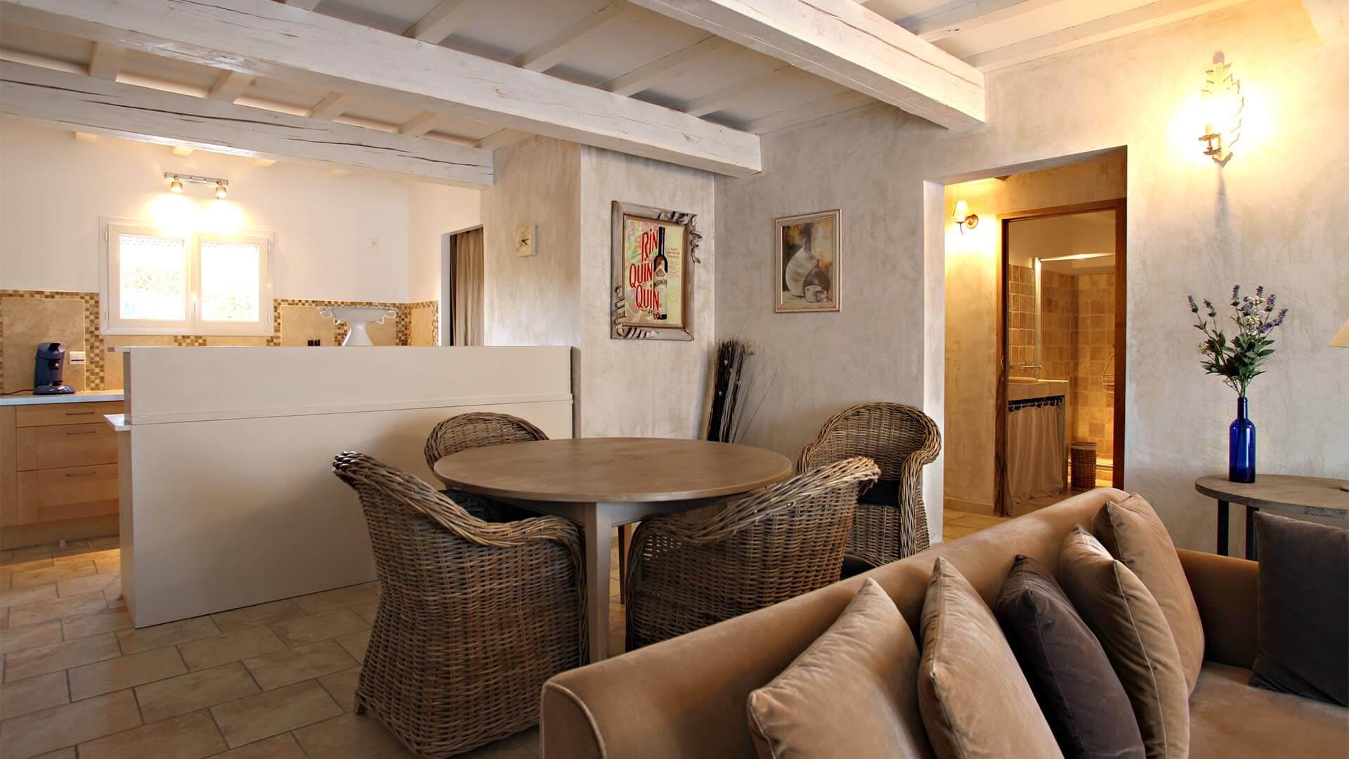 Location vacances T3 Alpes de Haute Provence | Villa mon rêve | Pièce à vivre avec climatisation