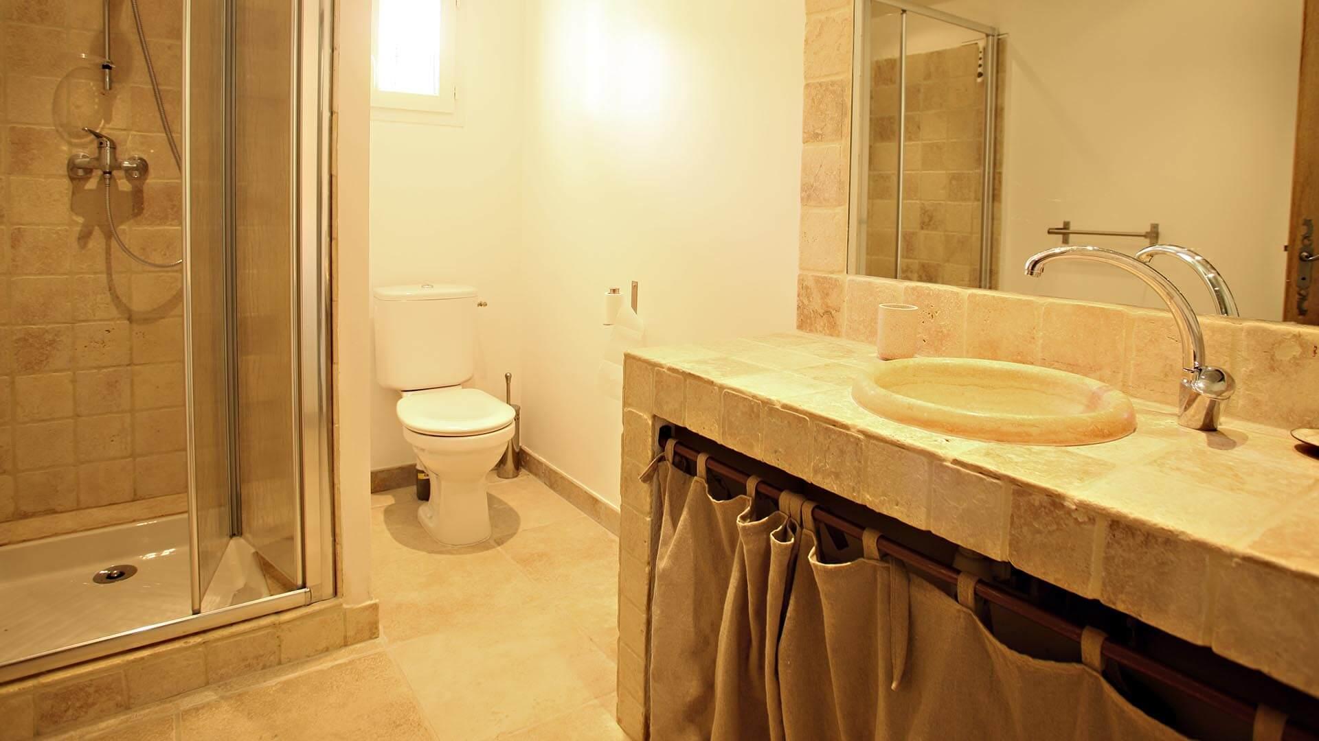 Location vacances Provence | Villa le mûrier blanc | Salle de bain avec douche et toilettes