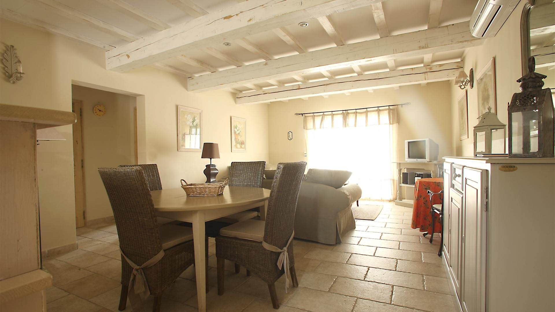 Holiday rental 2 bedroom villa in Luberon | Villa terre nature | Air conditioned dining and living room