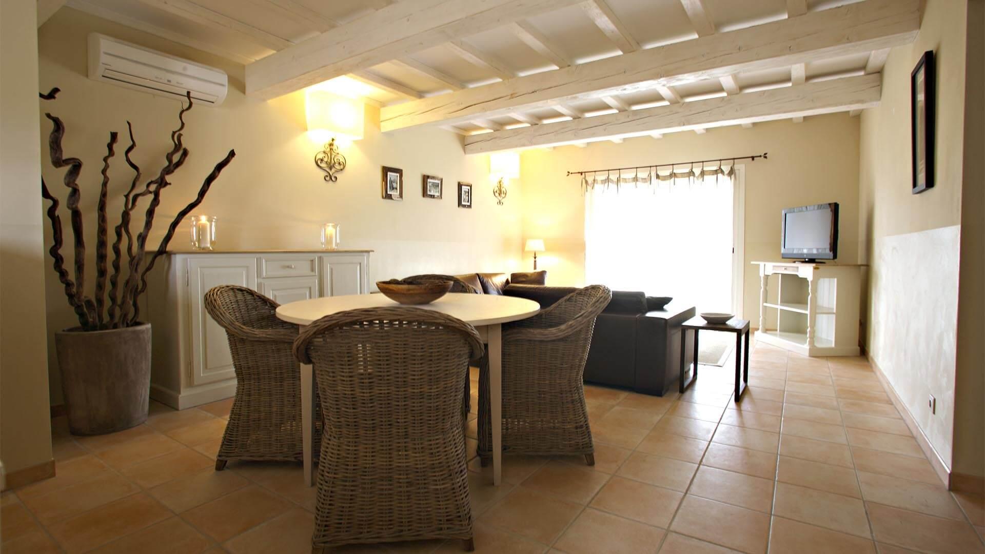 Location vacances Luberon | Villa sous la tonnelle | Salon, salle à manger avec climatisation