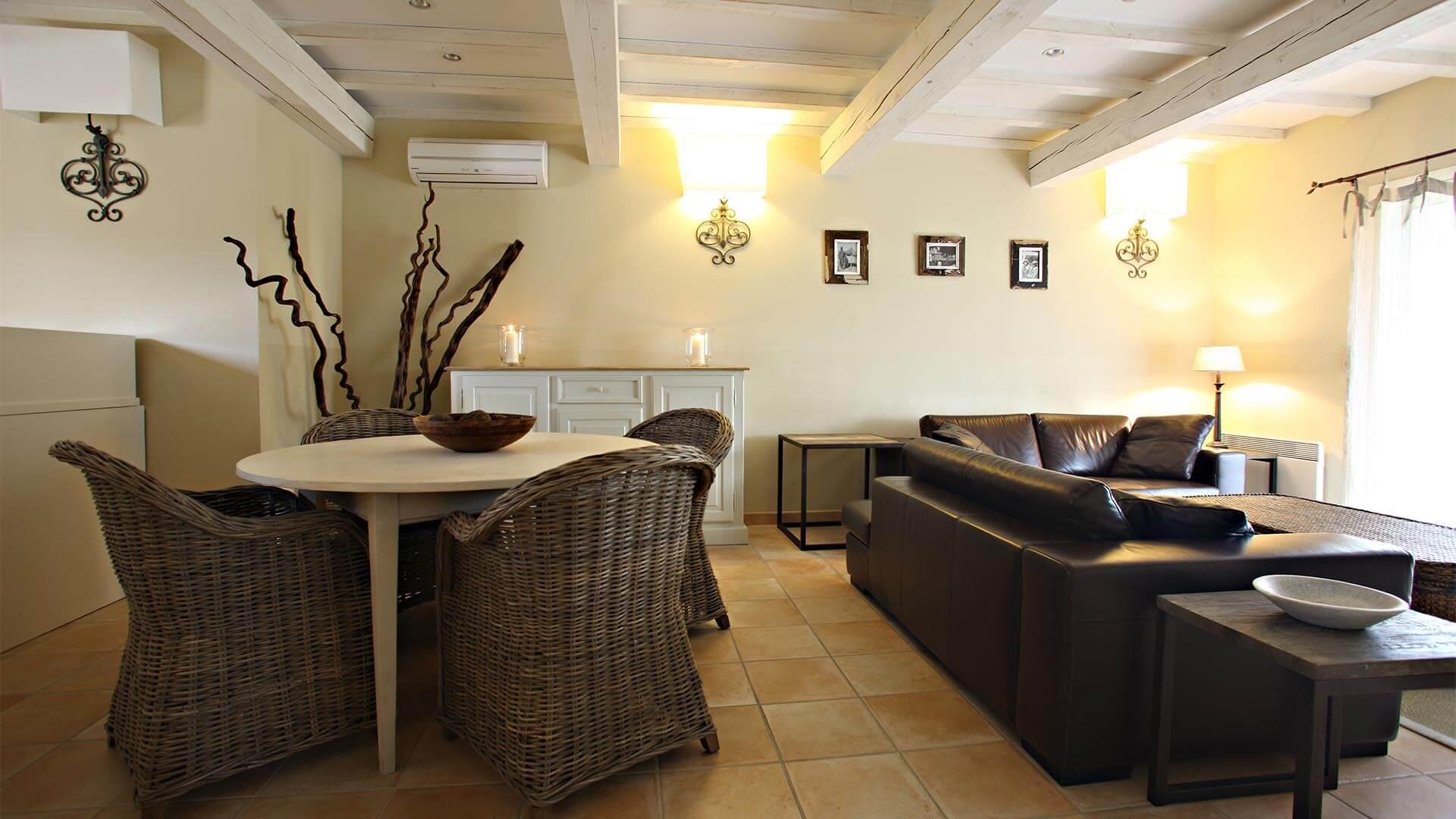 Maison de vacances à louer Luberon | Villa sous la tonnelle | Salon, salle à manger avec climatisation