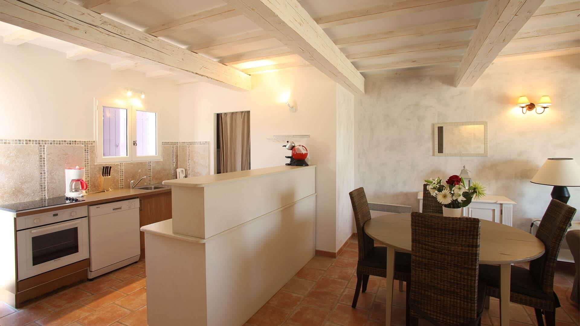 Location villa de vacances Alpes de Haute-Provence | Villa les tournesols | Salle à manger et cuisine américaine