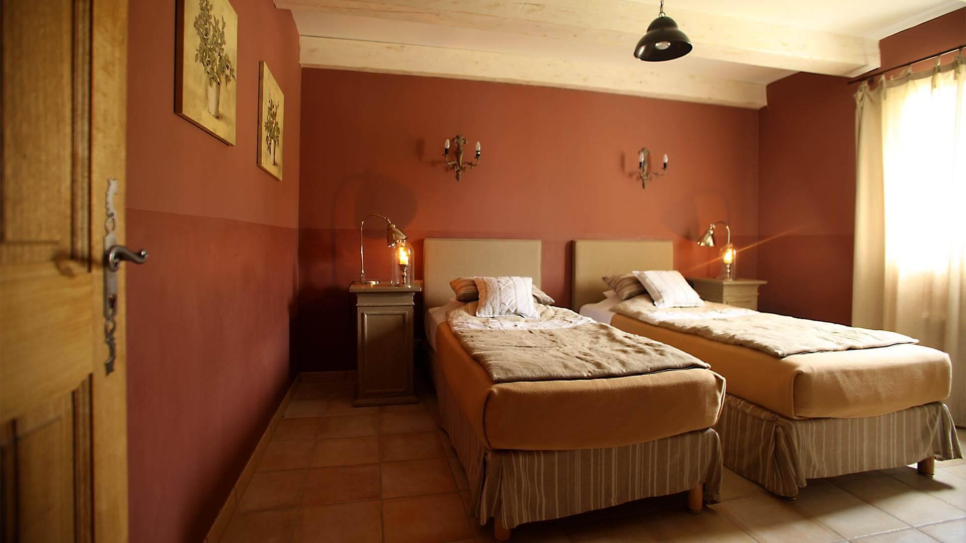 Location saisonnière Luberon | Villa la source | Chambre deux lits simples