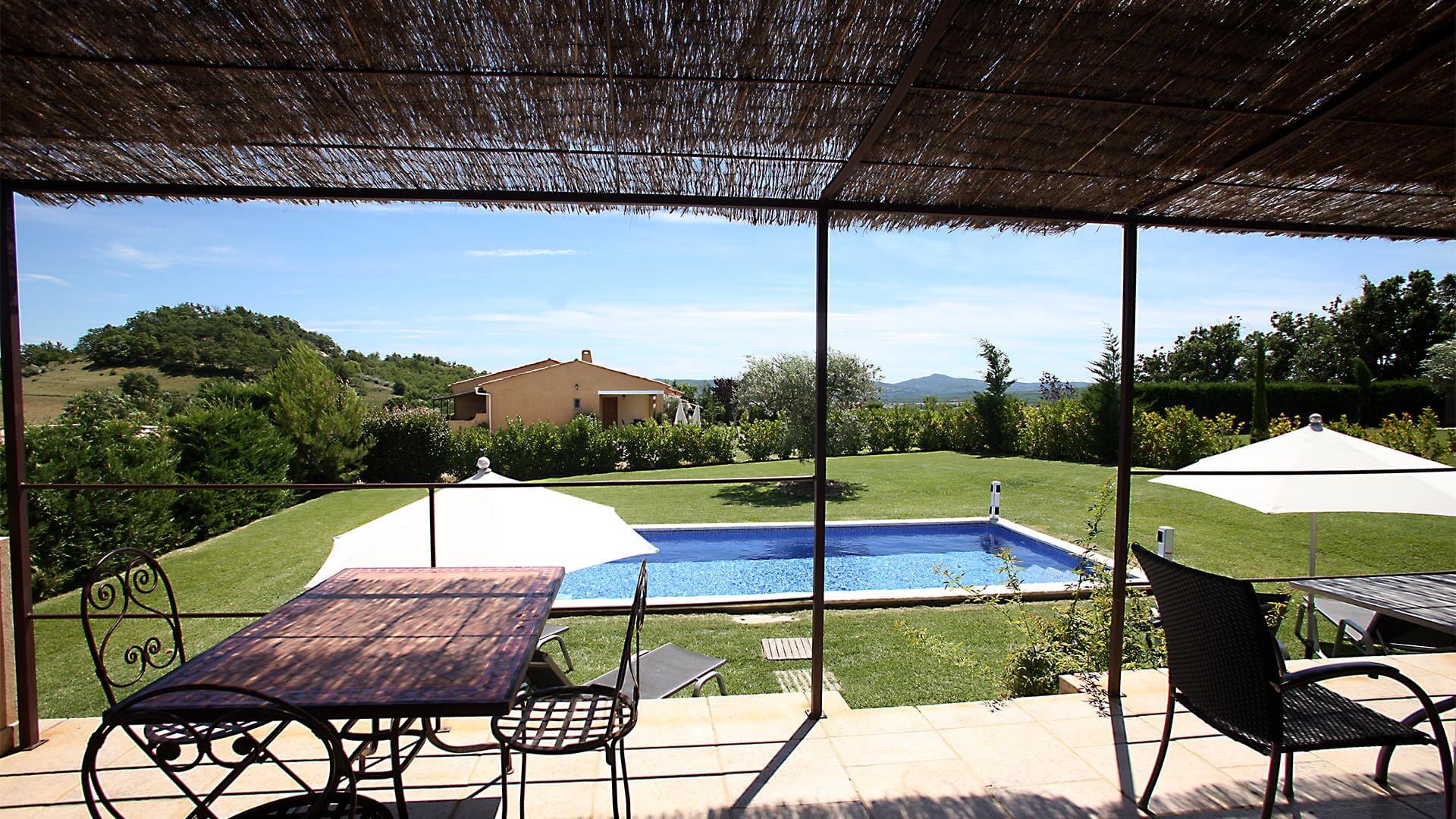 Location saisonnière maison Luberon | Villa les tournesols | Terrasse, piscine et jardin