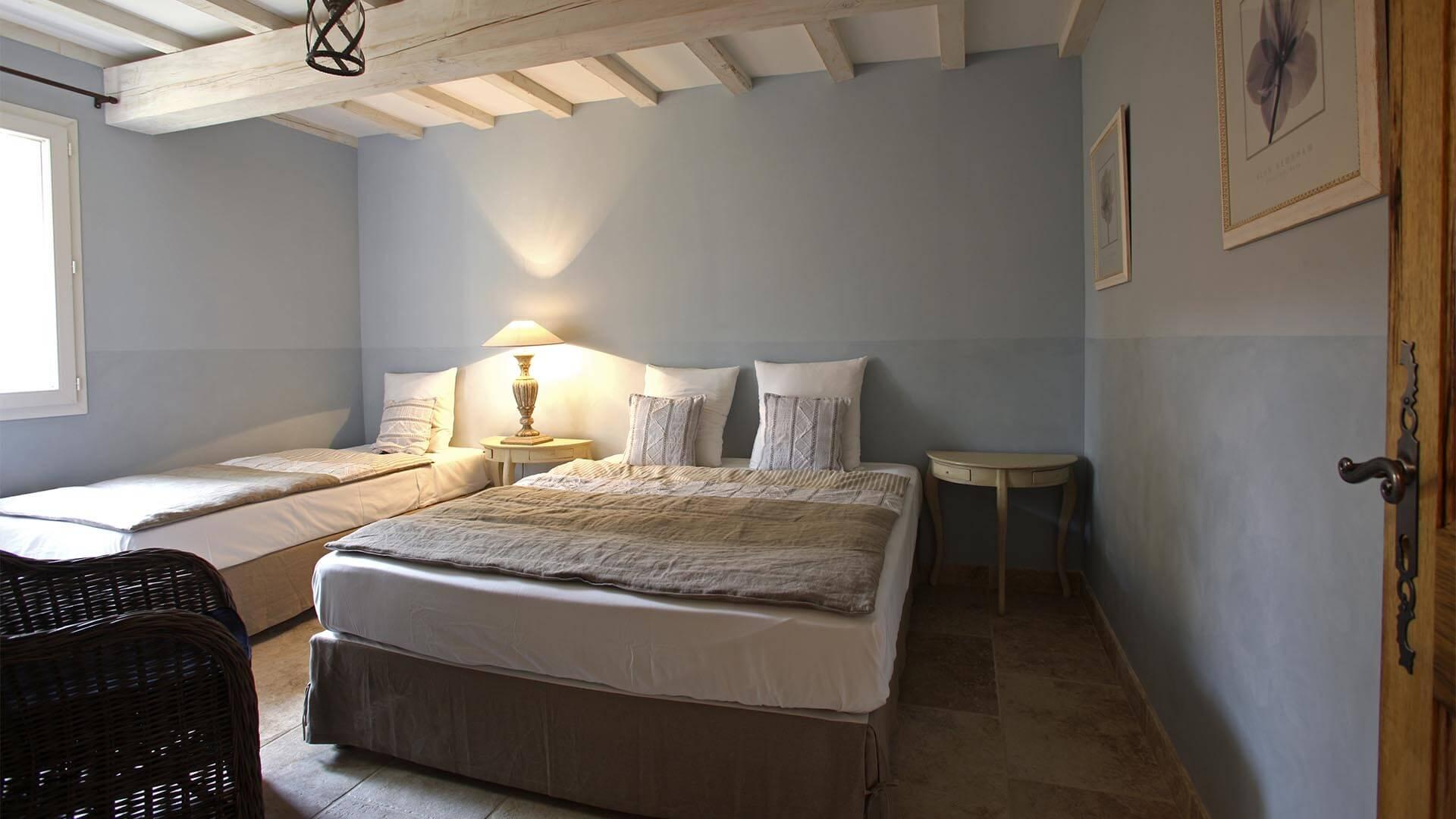 Location saisonnière T3 Provence | Appartement le jas des collines | Chambre triple
