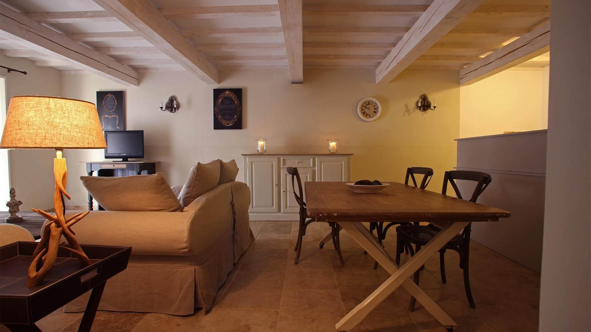 Location vacances T3 Forcalquier | Appartement le cabanon pointu | Salon avec climatisation